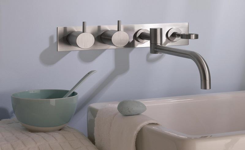 Mezcladores doble mando de VOLA . Grifería para lavabos